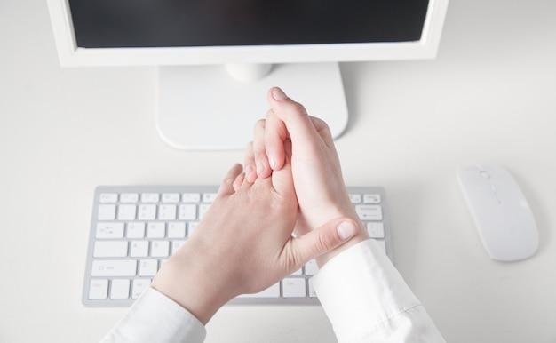Pijn aan de vingers. werk op de computer. office-syndroom