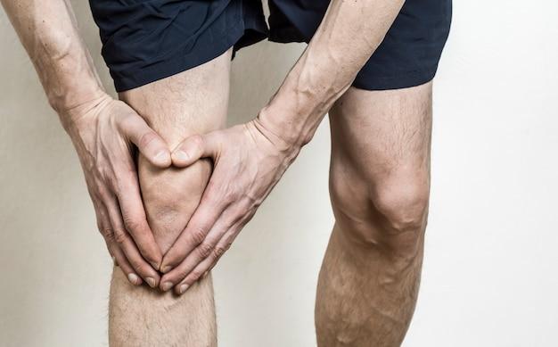 Pijn in de knie van een man. schade aan de knie bij de atleet. meniscus.