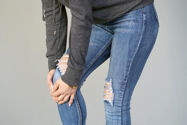 Pijn in de knieën van een vrouw