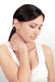 Pijn in lichaam, portret van mooie jonge vrouw gevoel pijn in nek en schouders