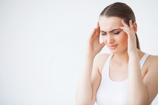Pijn. portret van een jonge vrouw heeft hoofdpijn