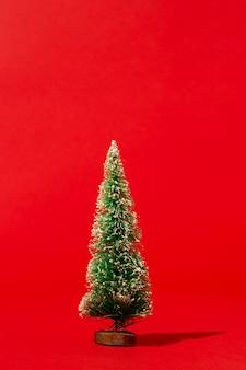 Pijnboom op rode muur