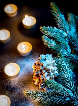 Pijnboomtakken en kaarsen
