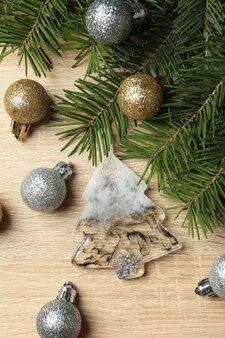 Pijnboomtakken en kerstballen