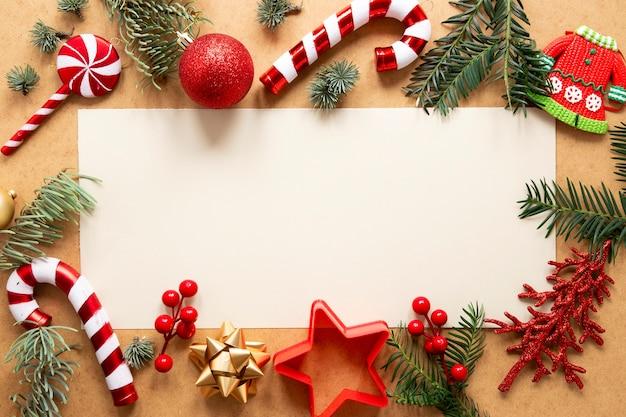 Pijnboomtakken en kerstmisdecoratie met exemplaarruimte