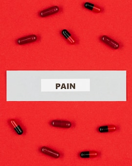 Pijnstiller pillen op tafel