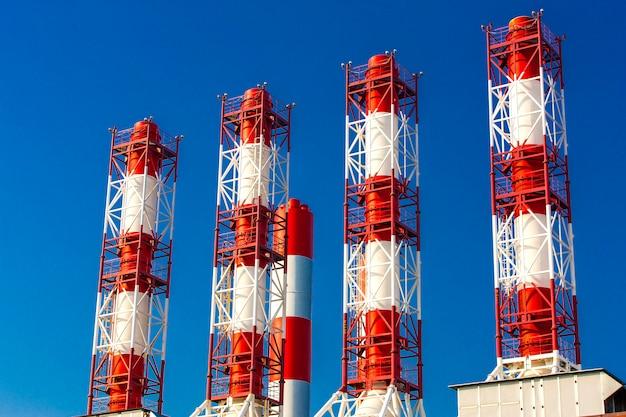 Pijpinstallatie op blauwe hemel.