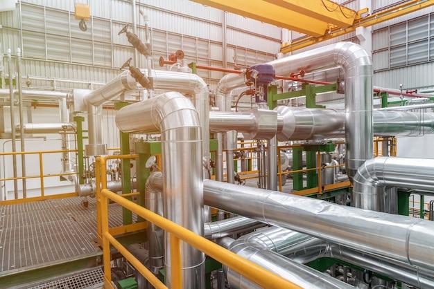 Pijpleiding en isolatie bij industriezone, pijp van stoom bij elektriciteitscentrale