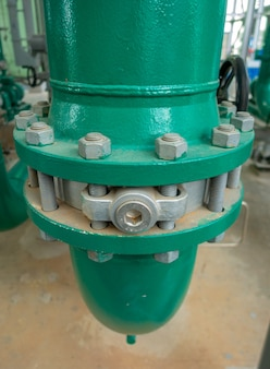 Pijpleiding en klep van watervoorziening of dienstwater bij industriezone