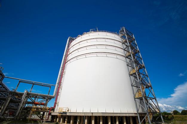 Pijpleiding olie en tank gas propaan kleppen bij gasfabriek druk veiligheidsklep selectief.