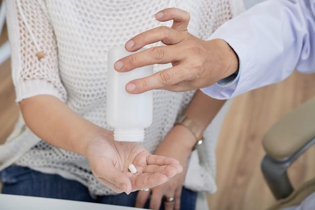 Pil aan patiënt geven