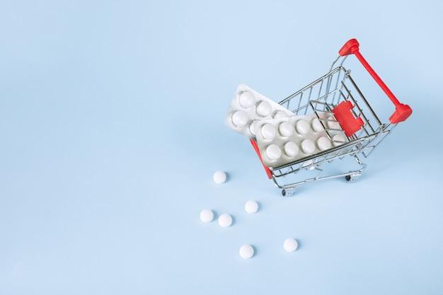 Pil blaren in winkelwagen. apotheek winkelconcept. kopen en winkelen geneeskunde concept.