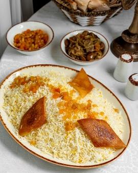 Pilaf geserveerd met rozijnen en ghormeh