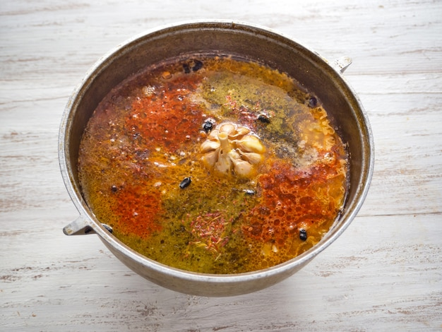 Pilaf in de ketel. kokende pilaf in een ketel. kruiden in pilaf.