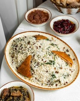 Pilaf met dille geserveerd met ghormeh en fisinjan