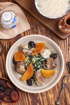 Pilaf met ontmoet lams spinazie crunes rijst korst kruiden bovenaanzicht