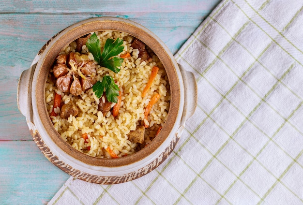 Pilaf met rijst, kerrie, wortel en vlees.