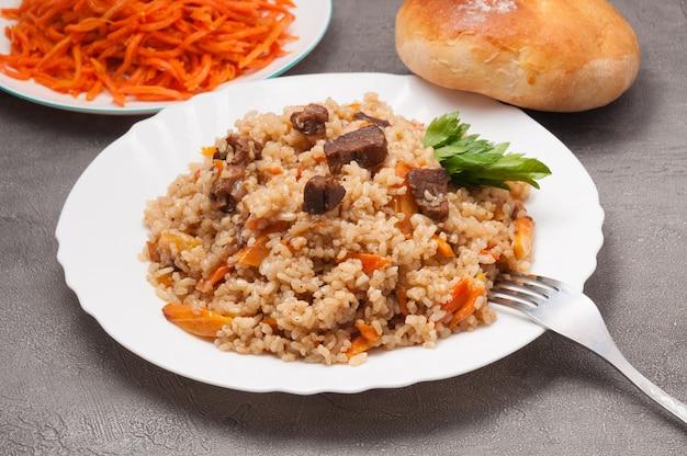 Pilaf met rundvlees met wortel en brood