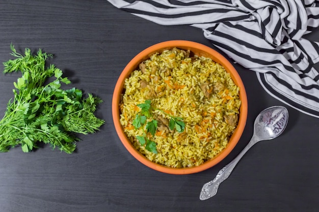 Pilaf met rundvlees, wortelen, uien, knoflook, peper en komijn. een traditioneel gerecht uit de aziatische keuken. selectieve aandacht