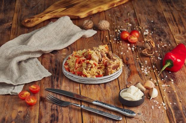 Pilaf met rundvlees, wortelen, uien, knoflook, peper en komijn. een traditioneel gerecht uit de aziatische keuken.