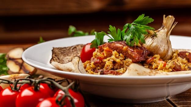 Pilaf met stukjes vlees wordt geserveerd in pitabroodje.