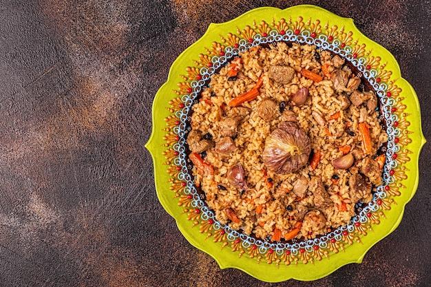 Pilaf met vlees, groenten en kruiden