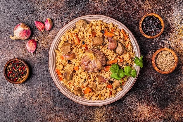 Pilaf met vleesgroenten en kruiden