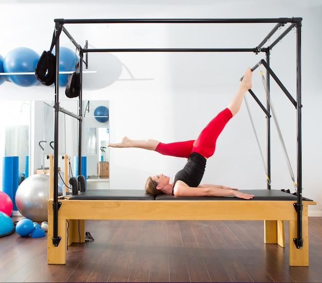 Pilates aërobe instructeur vrouw in cadillac