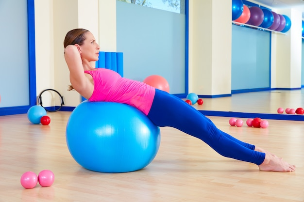 Pilates vrouw fitball zwitserse bal oefeningstraining