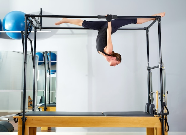 Pilates-vrouw in cadillac loopt over hervormer