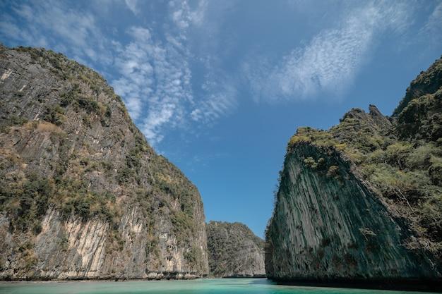 Pileh-lagune, landschap van de andamanzee, phi phi-eilanden, thailand.