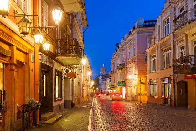 Pilies street 's nachts, vilnius, litouwen