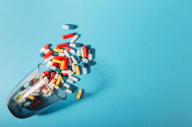 Pillen die uit het glas vallen