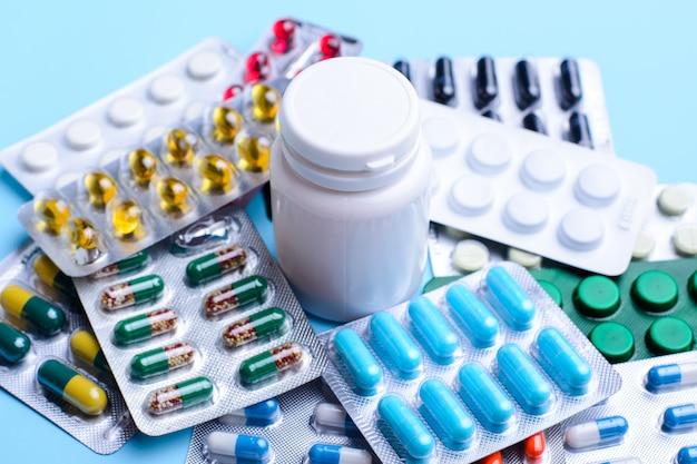 Pillen en capsules van verschillende grootte en kleur verpakt in blisterverpakkingen