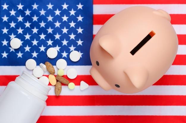 Pillen en spaarvarken met de vlag van de verenigde staten van amerika.