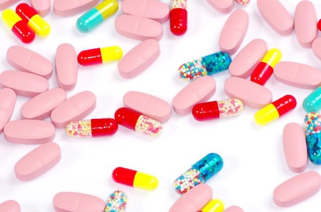 Pillen geïsoleerd op witte achtergrond