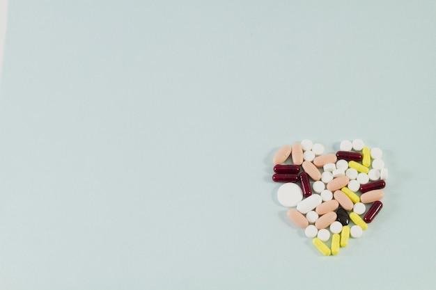 Pillen georganiseerd in de vorm van hart