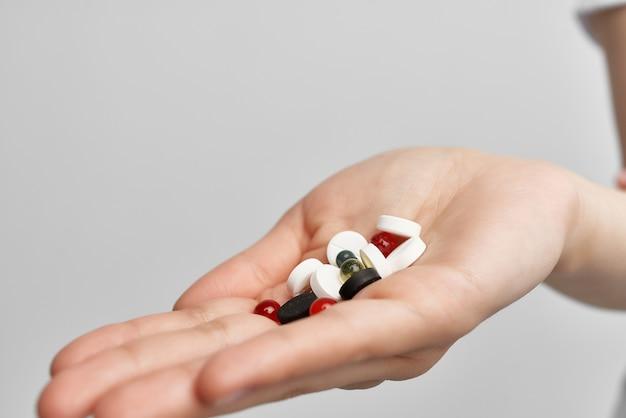 Pillen in de palm van de hand medicijnen medicijnen gezondheid pijnstiller