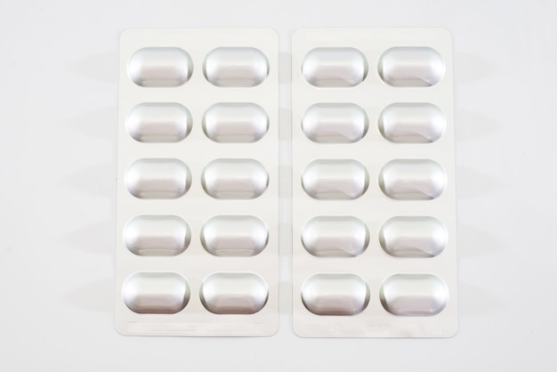 Pillen in geïsoleerde blaar