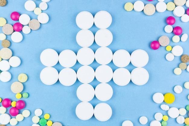 Pillen op een blauwe achtergrond