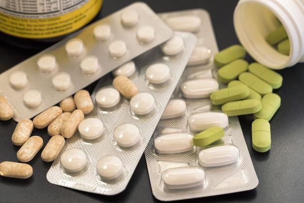 Pillen op een donkere achtergrond