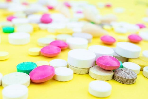 Pillen op een gele achtergrond