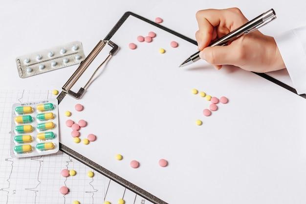 Pillen op tafel bij de dokter