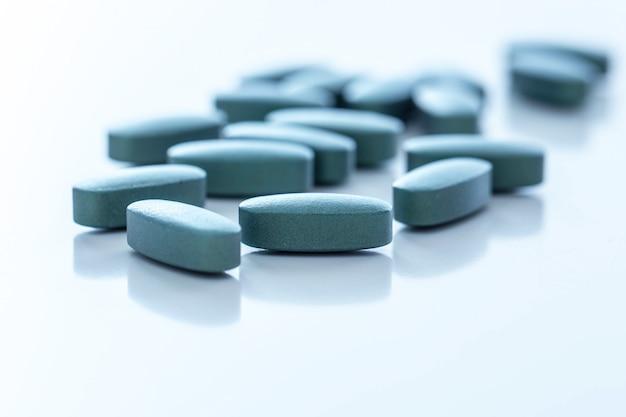 Pillen over een wit oppervlak