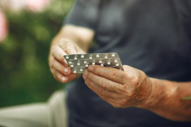 Pillen slikken. close up van een witte pillen in man's handen.