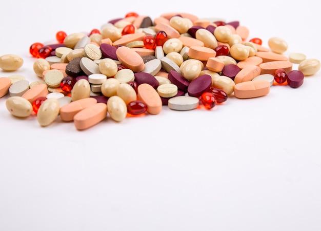 Pillen voor de gezondheid op een lichte achtergrond