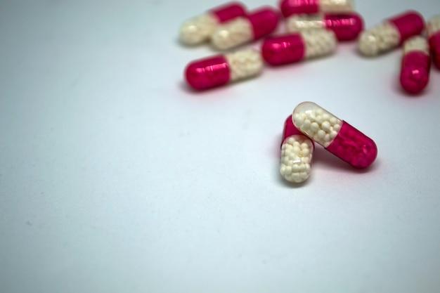 Pillencapsules met het medicijn op een witte achtergrond