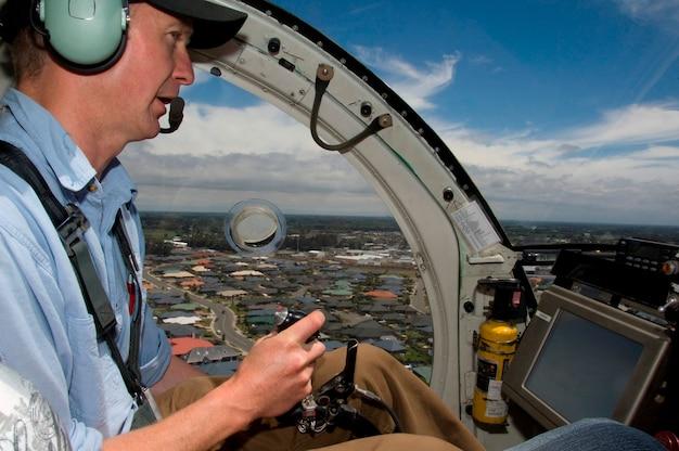 Piloot in de cockpit zitten