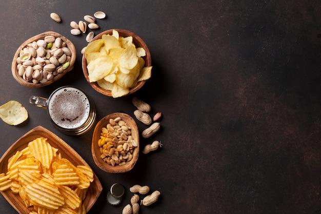 Pils en snacks op stenen tafel