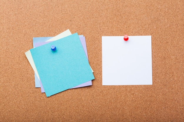 Pin paper op cork board voor tekst en
